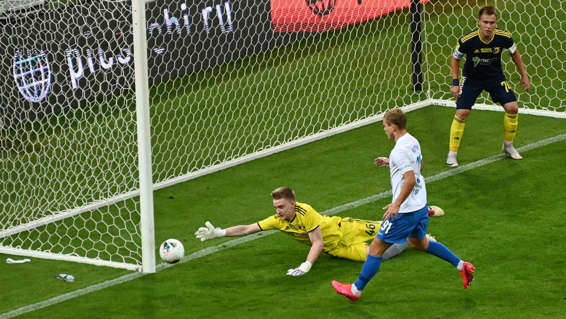 Liga Premier rusa pierde 10-1 pero hace historia con su  portero estrella
