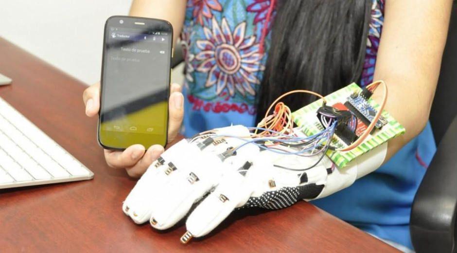 Crean guante inteligente capaz de traducir lenguaje de señas en menos de un segundo