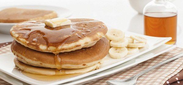 Disfruta de unos ricos pancakes de avellana y plátano (Receta)