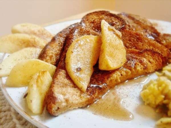Desayuna unas deliciosas tostadas francesas con manzana