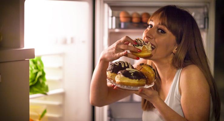 ¡Cuidado! Consumir alimentos antes de dormir te hará ganar kilos indeseados