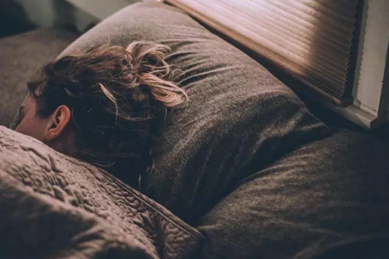 Desarrollan dispositivo para corregir la postura mientras se duerme
