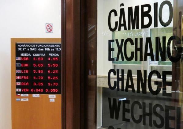 Monedas y bolsas de valores operan desiguales tras ceder ganancias