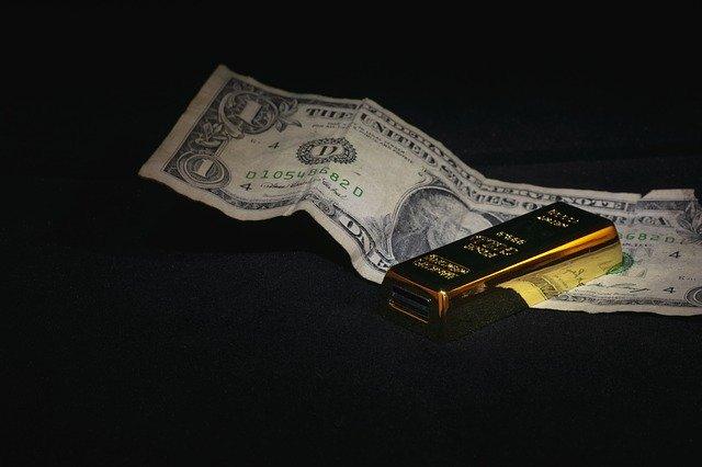Precio del oro cae por subida del dólar