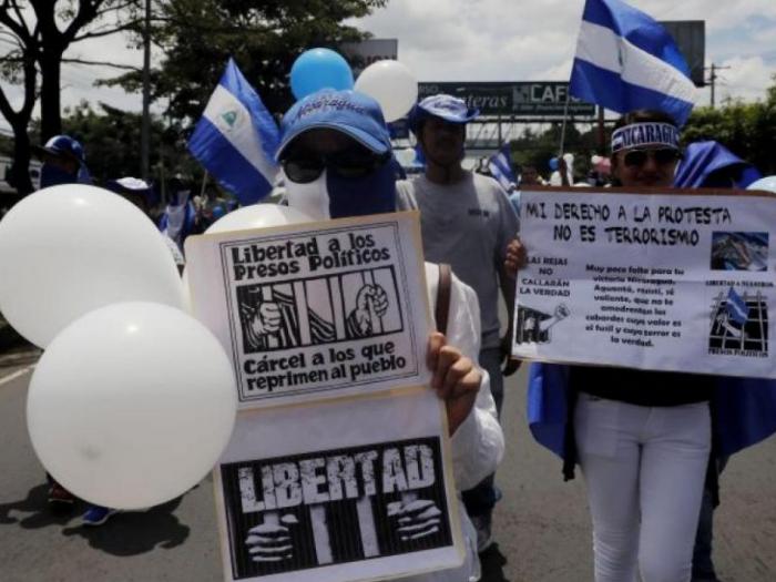 Policía nicaragüense capturó a un ciudadano por lanzar globos azules y blancos en contra de Ortega